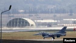 ترک فضائیہ کا لڑاکا طیارہ ایف 16 اڑان بھر رہا ہے۔( فائل فوٹو)