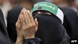 Phụ nữ Yemen cầu nguyện trong một cuộc biểu tình kêu gọi Tổng thống Saleh từ chức tại Sana'a, ngày 17/5/2011