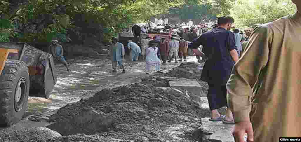 حکام کے مطابق چترال میں تیس سے زائد پل بہہ گئے ہیں جب کہ بڑی تعداد میں گھروں اور کھڑی فصلوں کو بھی نقصان پہنچا۔
