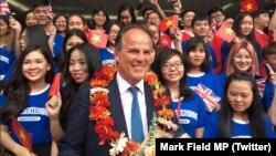 Quốc vụ khanh Bộ Ngoại giao Anh Mark Field được chào đón tại Trường Đại học Kinh tế và Tài chính TP HCM hôm 3/1/2019. Ông Field bị chỉ trích vì không lên án việc kiểm soát internet của Việt Nam bằng bộ luật mới được áp dụng. (Twitter Mark Field MP)