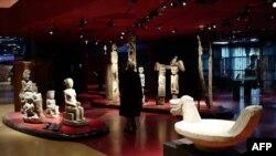 Un homme visite le musée du quai Branly - Jacques Chirac où quelque 300 000 œuvres originaires d'Afrique, du Moyen-Orient, d'Asie, d'Océanie et des Amériques sont exposées, à Paris, le 15 mars 2018.