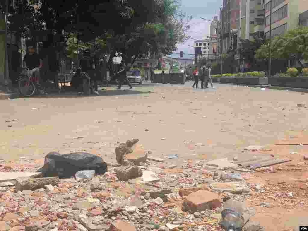 Las calles de la ciudad quedaron con restos de piedras y otros objetos que fueron utilizados durante las marchas de protesta.