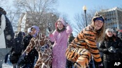 جوانان در حال برف بازی در پایتخت آمریکا - ۲۴ ژانویه ۲۰۱۶