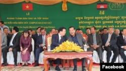 លោកនាយករដ្ឋមន្ត្រី ហ៊ុន សែន ពិភាក្សាជាមួយលោក ជីញ ឌិញ ស៊ុង (Trinh Dinh Dung) ឧបនាយករដ្ឋមន្ត្រីវៀតណាម ក្នុងអំឡុងពិធីសម្ពោធផ្សារដោះដូរទំនិញកម្ពុជា-វៀតណាម នៅព្រំដែន ខេត្តត្បូងឃ្មុំ កាលពីថ្ងៃអង្គារទី២៤ ខែធ្នូ ឆ្នាំ២០១៩។ (Facebook/ទំព័រហ្វេសប៊ុក Samdech Hun Sen)
