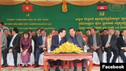 Cambodian Prime Minister Hun Sen (right) talks to his Vietnamese counterpart, Deputy Prime Minister Trinh Dinh Dung, at an inauguration ceremony of a border market between the two countries in Tbong Khmum province, Tuesday, December 24, 2019. (Facebook/Hun Sen Official Page)