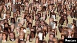 در برزیل، در یک تجمع، عکس هایی از رهبران بهائیان ایران که زندانی بودند، در دست مردم بود.