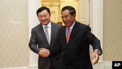 图为泰国前总理他信9月17日(星期六)在邻国柬埔寨与该国首相洪森会面时