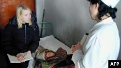 지난 2004년 2월 북한을 방문한 세계식량계획(WFP) 관계자가 평안남도 문덕의 한 병원 간호사로부터 어린이의 영양 상태에 관해 듣고 있다.