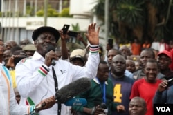 Former prime minister and opposition leader Raila Odinga addresses demonstrators in Nairobi, Kenya. (M. Yusuf/VOA)