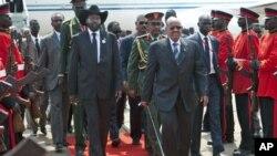 Rais wa Sudan Kusini Salva Kiir na kiongozi wa kaskazini Omar al Bashir kwenye uwanja wa ndege wa Juba.