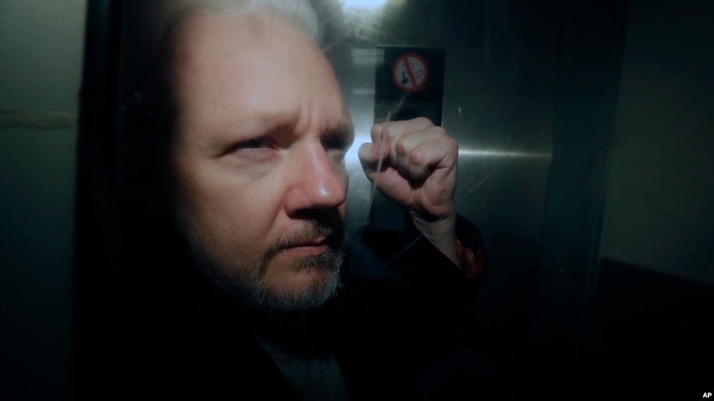 Ông Julian Assange ra tòa hôm 1/5/2019.