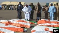 Hommage national aux 71 soldats tués dans une attaque terroriste