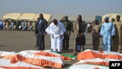 Le président Mahamadou Issoufou s'incline devant les dépouilles des militaires nigériens d'Inates