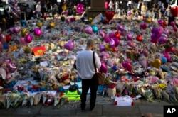 Manchester'daki St. Ann's Meydanı'nda bombalı saldırıda ölenleri anma amacıyla bırakılmış çiçekler