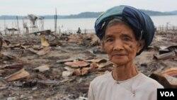 Seorang perempuan berdiri di dekat permukiman warga minoritas muslim Burma di negara bagian Rakhine yang habis dibakar oleh warga Burma (foto: November 2012).