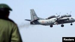 بھارتی فضائیہ کا جہاز AN-32 محو پرواز ہے۔ (فائل فوٹو)