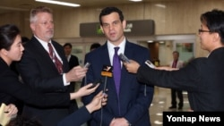 데이비드 코언 미국 재무부 테러·금융정보 담당 차관이 19일 일본에 이어 한국을 방문한 가운데, 김포공항에서 기자들의 질문에 답하고 있다.
