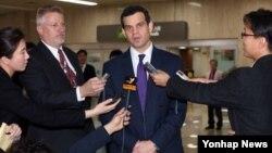 데이비드 코언 미국 재무부 테러·금융정보 담당 차관이 지난 19일 일본에 이어 한국을 방문한 가운데, 김포공항에서 기자들의 질문에 답하고 있다.
