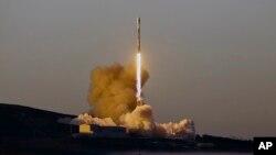 Décollage de la fusée Falcon 9 de la base aérienne de Vandenberg, en Californie, le 30 mars 2018.