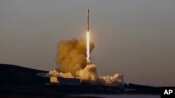 Un cohete Falcon 9 despegó de la Base Vandenberg de la Fuerza Aérea, en California, el viernes, 30 de marzo, de 2018.