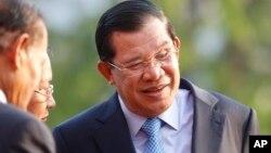 Thủ tướng Campuchia (phải) bênh vực lập trường của giới lãnh đạo Campuchia khi đảm nhận vai trò chủ tịch luân phiên của ASEAN trong vấn đề tranh chấp Biển Đông.