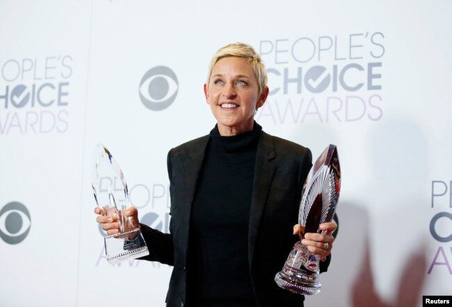 Ellen DeGeneres con su Premio Humanitario y Premio por Anfitrión Favorito de Programa de TV Diurno. People's Choice Awards 2016. Los Angeles, California, Enero 6, 2016.