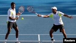 پاکستان کے ٹینس کھلاڑی اعصام الحق اور بھارت کے کھلاڑی روہن بوپنا۔ فائل فوٹو