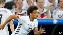 Leroy Sane entrant sur la pelouse lors d'un match entre l'Allemagne et la France pendant l'Euro, France le 7 juillet 2016