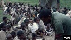 Penduduk di Ethiopia yang mengalami kekurangan pangan tengah menanti distribusi bantuan makanan (foto dokumentasi).
