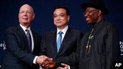 Pendiri forum ekonomi dunia Klaus Schwab, PM China Li Keqiang dan Presiden Nigeria, Goodluck Jonathan di Abuja, Kamis (8/5).