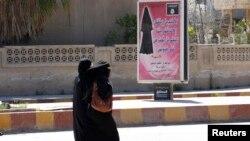 Deux femmes voilées dans la province de Raqqa, en Irak, le 31 mars 2014.