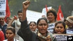 图为印度活动人士12月29日在新德里举行抗议资料照