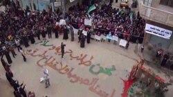تظاهر کنندگان سوری دز شهر حمص بر روی زمین نوشته شده است که ما « کسانی هستیم که در پی آزادی و صلح هستیم. ما دزد و قانون شکن نیستیم».