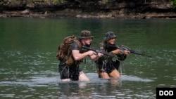 美国与菲律宾军人2016年10月6日参与两栖登陆联合军演 (美国海军陆战队照片)