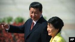 지난해 6월 국빈 자격으로 중국을 방문한 박근혜 한국 대통령(오른쪽)이 시진핑 중국 국가주석과 함께 베이징 인민대회당에서 의장대를 사열하고 있다.