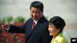 南韓總統朴槿惠(右)去年曾經訪問中國和中國國家主席習近平會面。