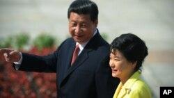 Presiden China Xi Jinping (kiri) dan Presiden Korsel Park Geun-hye akan bertemu sebelum Juli di Seoul (foto: dok).