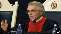 The Inter American Court of Human Rights judge Diego Garcia Sayan gestures as he speaks on July 14, 2009 in La Paz, during a session on the case of the massacre of 250 indigenous people in Dos Erres, Guatemala, in December 7, 1982, during the dictatorship