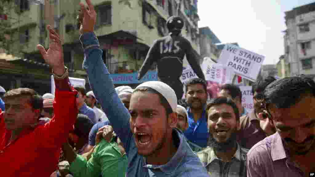 Des musulmans indiens crient des slogans condamnant les attaques de vendredi à Paris et expriment la solidarité avec la France lors d'une manifestation à Mumbai, en Inde, 16 novembre 2015.