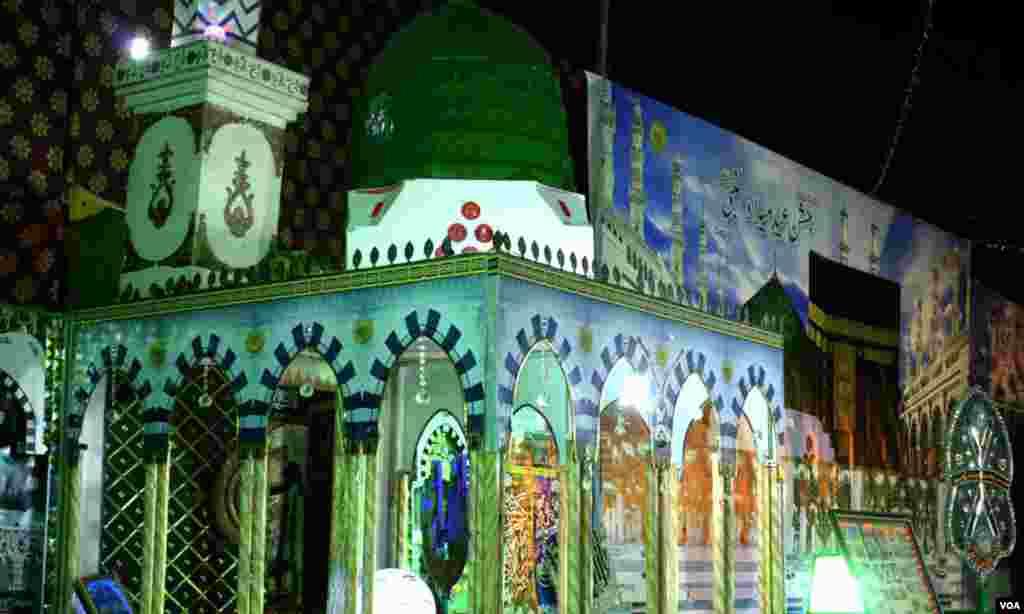لکڑی سے بنا مسجد نبوی کا ماڈل