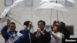 PM Jepang Yoshihiko Noda (tengah), yang juga pemimpin par tai Demokratik Jepang yang berkuasa di Jepang (DPJ) berkampanye untuk pemilihan anggota parlemen di Sendai (4/12).