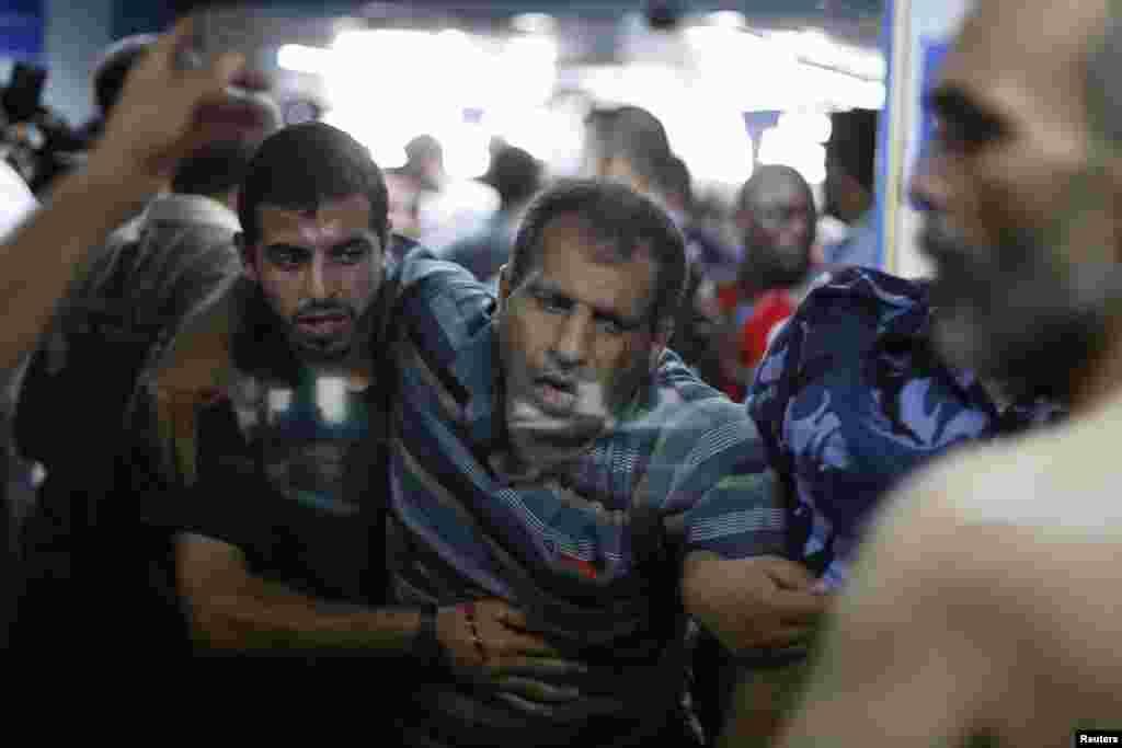 بدھ کو اسرائیلی بمباری کے نتیجے میں زخمی ہونے والے لوگوں کو اسپتال منتقل کیا جا رہا ہے