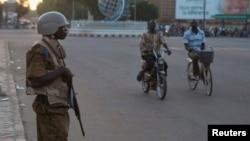 一名军人布基纳法索军方和反对派11月2日在首都瓦加杜古谈判。一名士兵在谈判地点的建筑物外面守卫。