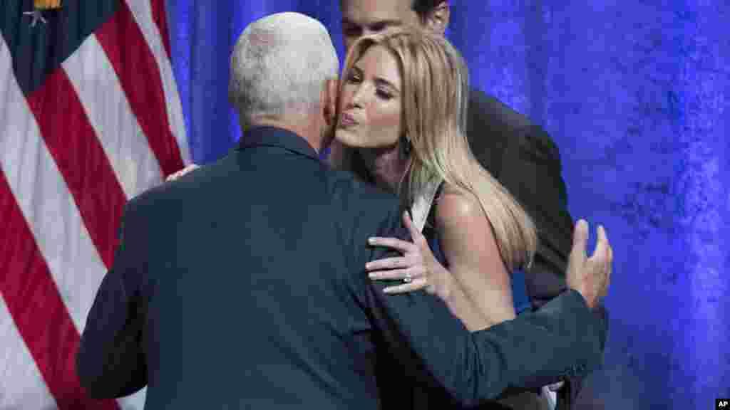 Ivanka Trump embrasse le gouverneur Mike Pence, après que son père l'a choisi comme candidat présidentiel républicain le 16 juillet 2016.