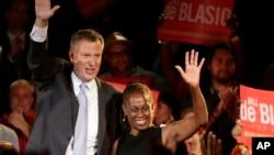 El candidato demócrata a alcalde, Bill De Blasio, junto a su esposa Chirlane saluda a sus seguidores al cierre de la votación en Nueva York.