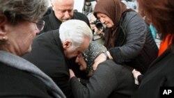 Dubes AS untuk Turki, Francis J. Ricciardone menghibur seorang anggota keluarga pengawal Turki yang tewas dalam serangan bom di Kedubes AS di Ankara (2/2).