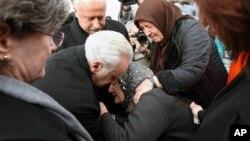 2일 터키 수도 앙카라에서 열린 자살폭탄테러 희생자 장례식에서, 유가족을 위로하는 프랜시스 리치어든 터키 주재 미국 대사.