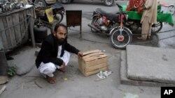 Mustafa Kharal, pengacara Alm. Farzana Parveen menunjukkan lokasi pembunuhan terhadap kliennya di Lahore (28/5).