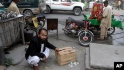 Mustafa Kharal, pengacara Alm. Farzana Parveen menunjukkan lokasi pembunuhan terhadap Farzana di Lahore, Pakistan (28/5).