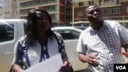 UNkosikazi Sheffra Dzamara lokunhlanganiso yeZimbabwe Lawyers for Human Rights bakhuluma lentathelizindaba phandle kwewofisi kaMongameli Emmeson Mnangagwa. (Photo: Mlondolozi Ndlovu)